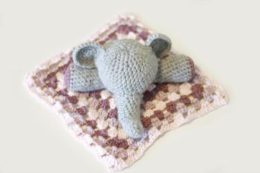 Gehäkelter Elefant mit Schnuffeltuch