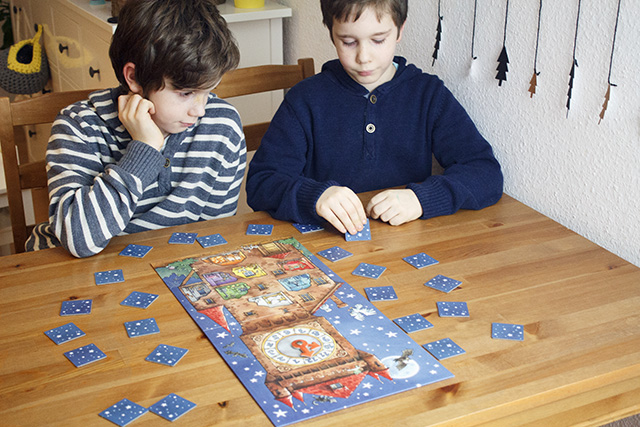 Timo und Lukas spielen das Spiel Gespensterturm